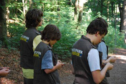 Drei Jungen tragen die Naturpark-Entdecker-Westen. Sie sind seitlich von hinten fotografiert.