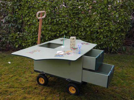 """Das mobile Waldlabor ist eine Art geländegängiger """"Bollerwagen"""", der mit Schubladen und ausklappbaren Tischplatten ausgestattet ist. Damit bietet das Waldlabor auch für Rollstuhlfahrer einen anfahrbaren Treffpunkt in der Natur."""