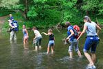 Familie bei Flussdurchquerung