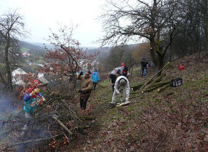 Auf dem Bild sind mehrere Personen bei einer Landschaftspflegemaßnahme zu sehen.