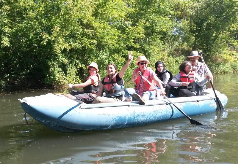 Personen die eine Schlauchboottour unternehmen