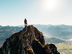 Wanderer auf einem Gipfel von hinten