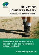 Anzeigenmotiv Heimat für Schusters Rappen: Auf dem Bild sind die Füße eines Menschen zu sehen, der Wanderschuhe trägt und einen Weg entlang läuft.
