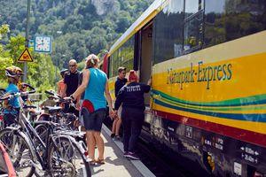 Man sieht eine Gruppe von Radfahrern neben einem Bus, der als Naturpark-Express eingesetzt wird