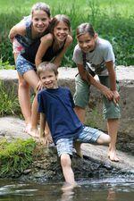 Kinder am Fluss