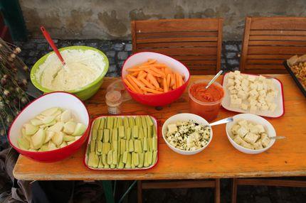 Auf dem Bild ist diverses Gemüse auf einem Tisch zu sehen, z.B. Möhren, Gurken und Kohlrabi sowie diverse Dips