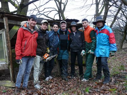 Gruppenfoto einer Freiwilligenaktion. Man sieht den Bürgermeister Roland Bauer mit freiwilligen Helfern einer Landschaftspflegeaktion.