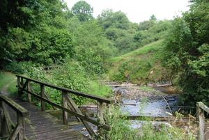 """Eine Brücke und ein Fluss am """"Hohlen Stein"""""""